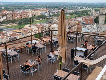 Terraza en un bar de la Seu Vella de Lleida.