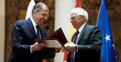 Josep Borrell (derecha), junto a su homólogo ruso, Serguéi Lavrov, en la reunión en Madrid que mantuvieron hace un año.