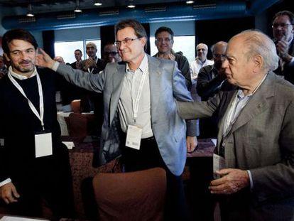 Artur Mas, entre Jordi Pujol (derecha) y el hijo de este, Oriol Pujol, en el Consejo Nacional de Convergencia en septiembre.