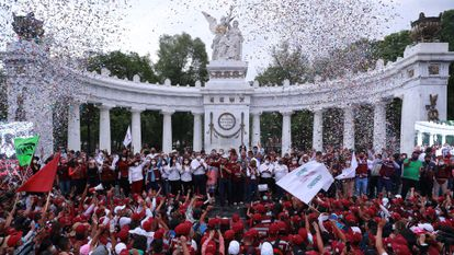 El presidente nacional del Movimiento de Regeneración Nacional (Morena), Mario Delgado, participa en un mitin con sus partidarios tras la jornada electoral en México.