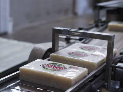 Línea de producción de jabón Lagarto en la fábrica de Zaragoza.