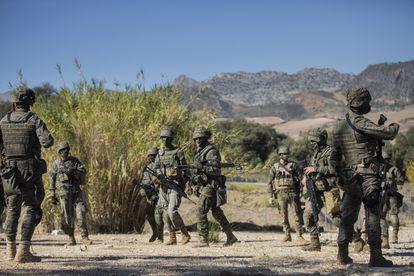 Miembros de la Legión participan en unas maniobras en las inmediaciones de Ronda (Málaga).