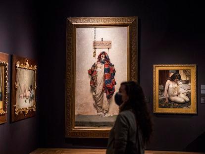 Sala de la exposición 'Invitadas', en el Museo del Prado. Al fondo, 'La esclava', de Antonio María Fabrés.