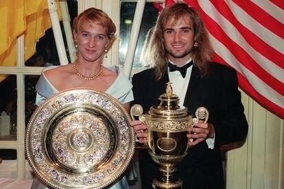Steffi Graf y Andre Agassi con sus trofeos después de ganar Wimbledon en 1992.