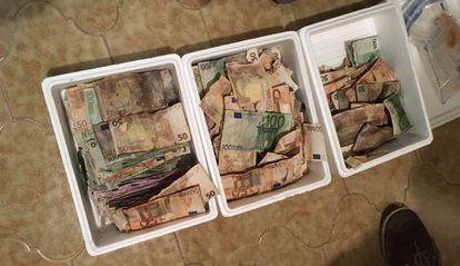 Cajas con dinero podrido encontradas en el domicilio de uno de los integrantes de la red.