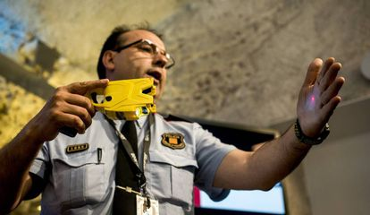 Un intendente de los Mossos presenta en septiembre de 2019 la pistola eléctrica Taser que iba a comenzar a usar la policía catalana.