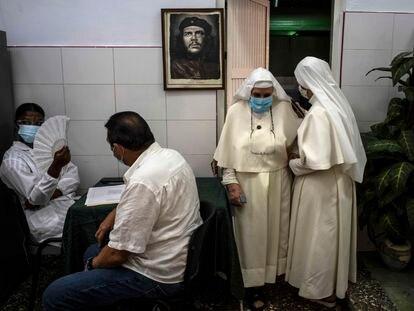 Dos monjas salen de una sala de vacunación este miércoles en La Habana (Cuba) tras ser inmunizadas con la vacuna nacional contra la covid-19, Abdala.