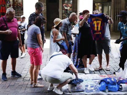 Un mantero vende objetos falsificados este martes en el centro de Madrid.