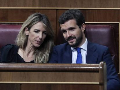 La portavoz del PP en el Congreso, Cayetana Álvarez de Toledo, conversa con el presidente popular, Pablo Casado, en el hemiciclo.