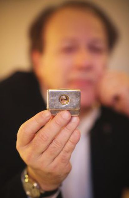 Javier Marías muestra el pastillero con brújula que perteneció al escritor británico Norman Douglas y que aparece en su novela 'Así empieza lo malo'.