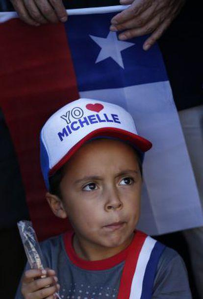 """Un niño este martes en el Palacio de la Moneda, donde la presidenta Bachelet dio un discurso donde dijo: """"Chile tiene sólo un gran adversario. Se llama desigualdad""""."""