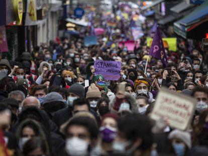 Miles de manifestantes portan pancartas y gritan eslóganes durante una protesta contra la decisión del Gobierno turco de retirarse del Convenio de Estambul para la prevención de la violencia machista el pasado 20 de marzo de 2021 en la capital de Turquía.