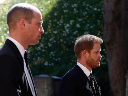 Guillermo y Enrique de Inglaterra, en el cortejo fúnebre de su abuelo, este sábado.