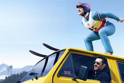 Hugh Jackman (en la furgoneta) y Taron Egerton, en el filme.
