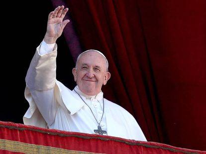 El papa Francisco saluda desde un balcón del Vaticano.