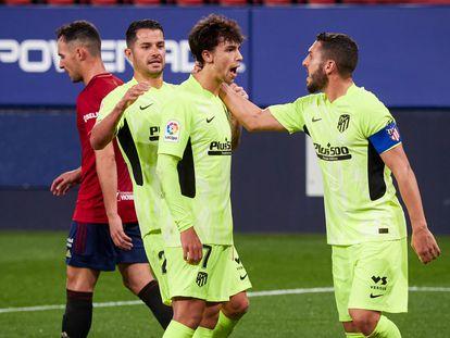 João Félix es felicitado por Vitolo y Koke tras marcar de penalti el primer gol del Atlético ante Osasuna (1-3) en El Sadar. / (AP)