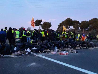 Los autodenominados Comités en Defensa de la República (CDR) cortan la AP-7 a la altura de L'Ampolla, en Tarragona.