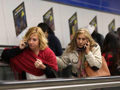 Usuarias de móvil, en el metro de Madrid.