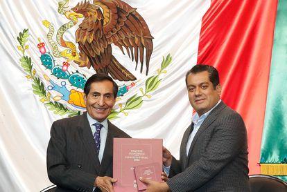 El secretario de Hacienda Rogelio Ramírez de la O y el presidente de la Mesa Directiva de la Cámara de Diputados Sergio Gutiérrez.