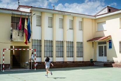 Naomi, de nueve años, y Gabriela, de 11, juegan en la cancha de su nueva escuela, en Pareja.