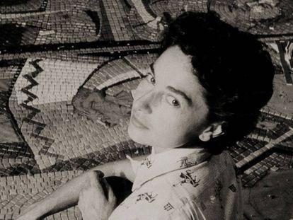 Lucy Tejada realizando el mural del Club Rialto en cali (1957)