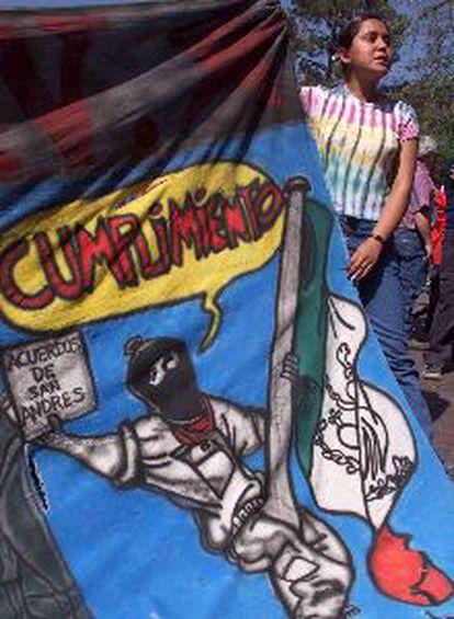 Una mujer espera la llegada de la caravana zapatista en Querétaro.