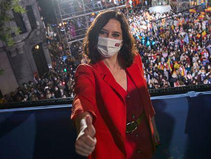 Isabel Díaz Ayuso celebra su victoria en el balcón de la sede del PP.