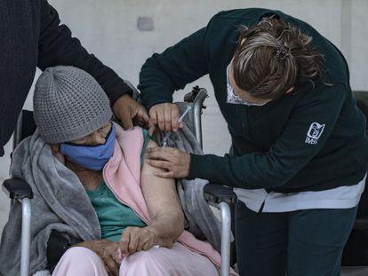 Una mujer recibe la vacuna de AstraZeneca en Ciudad de México.