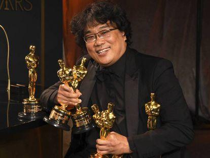 Bong Joon-ho, con sus Oscar. En vídeo, Javier Ocaña, crítico de EL PAÍS, analiza las claves de la película.
