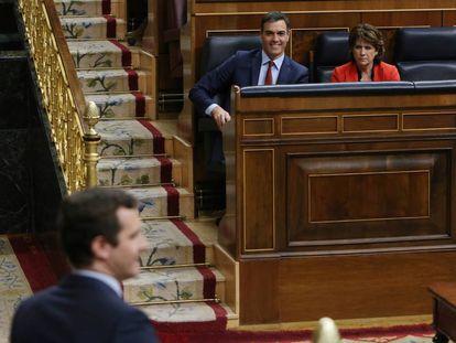Pedro Sánchez, junto a la ministra de Justicia, Dolores Delgado y Pablo Casado en el Congreso.