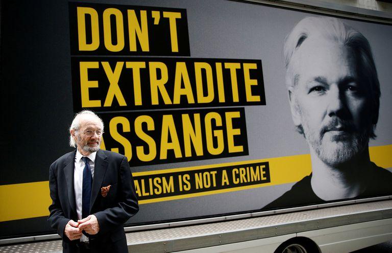 Julian Assange, a su entrada al tribunal que juzga su caso.