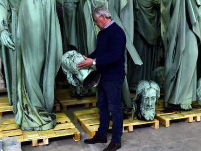 Las piezas rescatadas, como la corona de espinas y la  Túnica de San Luis , serán trasladadas al Louvre