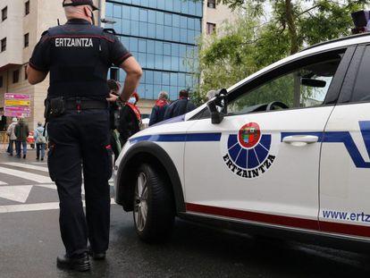 Un agente de la Ertzaintza durante el operativo para detener a los presuntos autores de la paliza a un joven en Amorebieta (Bizkaia).