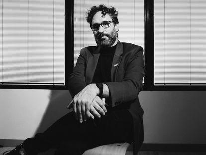 El hombre que más cines ha llenado con coloridas comedias multitudinarias, retratado solo y en blanco y negro en Madrid.