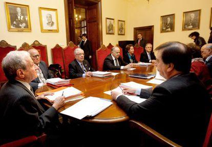 Los actuales miembros del Constitucional, en un pleno de 2012.