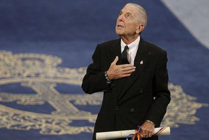 Leonard Cohen agradece el galardón que acaba de recibir en el Teatro Campoamor.