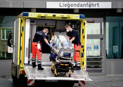 Paramédicos militares alemanes colocan en la ambulancia la camilla en la que el opositor ruso Alexéi Navalni fue trasladado hasta el hospital universitario Charité en Berlín.