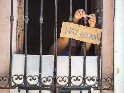 Una mujer cuelga una oferta de bocadillos en La Habana, Cuba, donde existen casi 600.000 emprendedores.