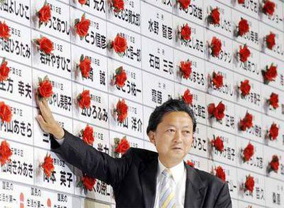 Yukio Hatoyama, líder del Partido Democrático de Japón (PDJ), pone una flor en el nombre de un diputado de su partido al obtener un escaño en el Congreso. El PDJ ha sido el gran vencedor de las elecciones legistalivas celebradas este domingo con 308 escaños de los 480 que tiene la Cámara.
