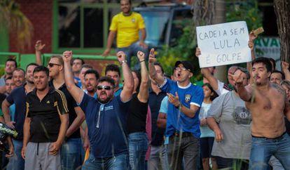 Manifestantes protestan contra la llegada del expresidente de Brasil, Luiz Inacio Lula da Silva, en el estado de Paraná el pasado 26 de marzo.
