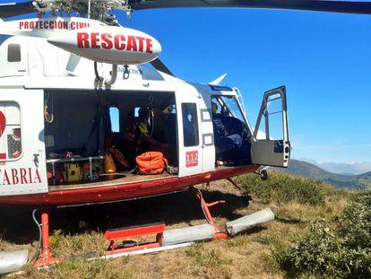 Helicóptero de rescate del Gobierno de Cantabria este sábado en el collado de Carcajal.