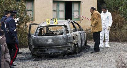 La policía italiana busca pistas en el coche carbonizado donde hallaron tres cuerpos, entre ellos el de un niño.