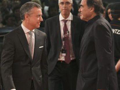 El Lehendakari, Iñigo Urkullu, junto al realizador estadounidense, Oliver Stone, en el Festival Internacional de Cine de San Sebastián.
