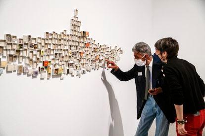 Mohammed Larbi Rahhali enseña su instalación 'Mi vida', compuesta por varios centenares de cajas de cerillas. La obra forma parte de 'Trilogía marroquí', en el Museo Reina Sofía.