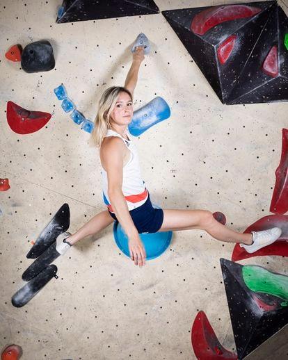 La escaladora olímpica del equipo nacional de Francia, Julia Chanourdie, fotografiada en el rocódromo de Karma en Fontainebleau, Francia, con la equipación oficial de competición.