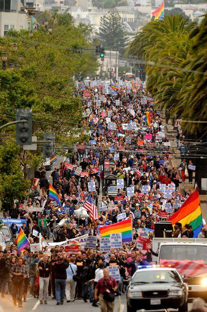 Cientos de personas celebran en las calles de San Francisco la decisión del juez Walker de declarar ilegal la proposición que fue aprobada hace dos años e ilegalizó el matrimonio homosexual en California.