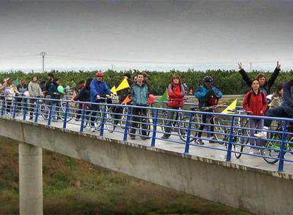 Decenas de bicimanifestantes, ayer, en la protesta contra la autovía proyectada en l'Horta Nord.