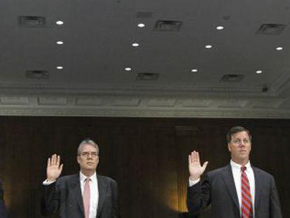 El dimitido David Bagley, a la izquierda, y otros directivos del banco juran antes de declarar en el Senado.