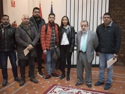El Defensor del Pueblo, Francisco Fernández Marugán (con traje) junto a los demandantes de asilo con los que se ha reunido.