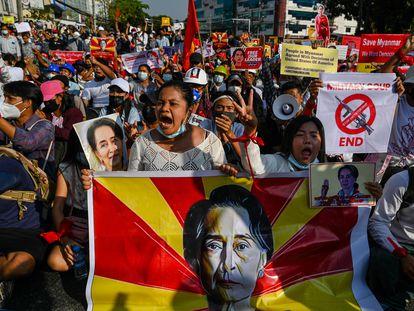 Un grupo de manifestantes contra el golpe de Estado, este lunes en Yangón.